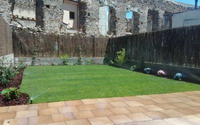 Jardín con tepe y plantas en Tres Casas, Segovia